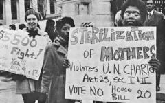 Photo : Women picket in 1971, indyweek.com